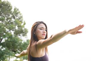 公園でヨガポーズをしている女性の写真素材 [FYI03133117]