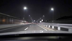 夜の都会の道路を走るカービューの写真素材 [FYI03133196]