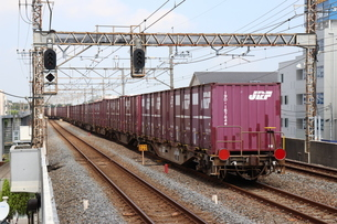 駅を離れる貨物列車の最後尾の写真素材 [FYI03133202]