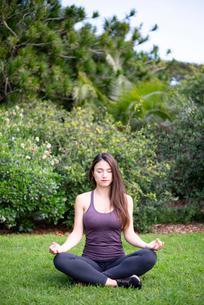 公園で瞑想をしている女性の写真素材 [FYI03133339]