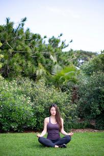 公園で瞑想をしている女性の写真素材 [FYI03133364]