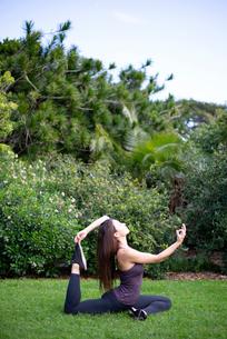 公園でヨガポーズをしている女性の写真素材 [FYI03133365]