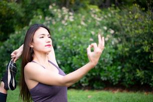 公園でヨガポーズをしている女性の写真素材 [FYI03133371]