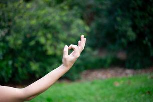 ヨガのムドラーをしている手のアップの写真素材 [FYI03133375]