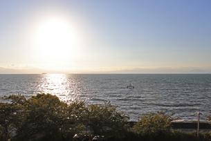 水平線に沈む夕日の写真素材 [FYI03133391]