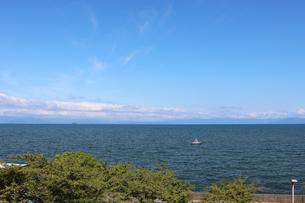 湖岸の風景の写真素材 [FYI03133393]