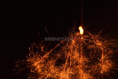 線香花火 の写真素材 [FYI03133447]