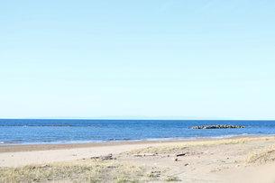 夏の日本海遠方に佐渡島の写真素材 [FYI03133519]