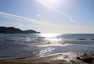 太陽が反射する日本海の写真素材 [FYI03133520]