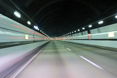 トンネル内の車窓の写真素材 [FYI03133523]