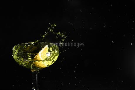 グラスの中のスプラッシュの写真素材 [FYI03133628]