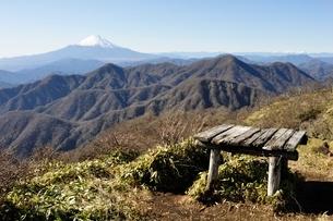 不動ノ峰から丹沢山地の山並みと富士山の大展望の写真素材 [FYI03133972]