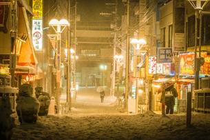 雪が降る街のイメージの写真素材 [FYI03134216]