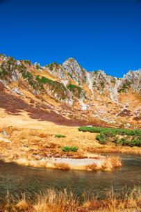 秋の中央アルプス千畳敷カール剣ヶ池と宝剣岳の写真素材 [FYI03134543]