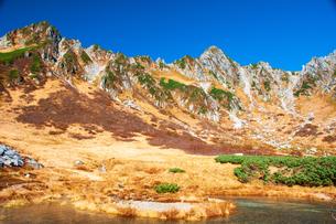 秋の千畳敷カール剣ヶ池と中央アルプスの山並みの写真素材 [FYI03134556]