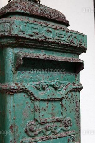 アンティークの緑のポストの写真素材 [FYI03134603]
