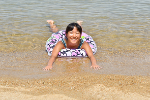 海水浴を楽しむ女の子の写真素材 [FYI03134826]