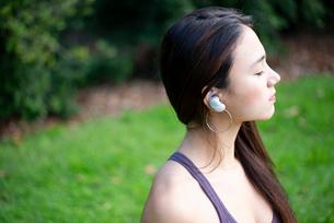 ワイヤレスイヤホンで音楽を聴いている女性の写真素材 [FYI03134847]