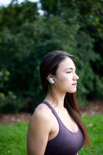 ワイヤレスイヤホンで音楽を聴いている女性の写真素材 [FYI03134881]