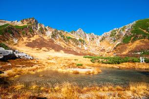 秋の千畳敷カール剣ヶ池と中央アルプスの山並みの写真素材 [FYI03134957]