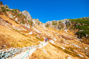 千畳敷カール遊歩道と中央アルプスの山並みの写真素材 [FYI03135005]