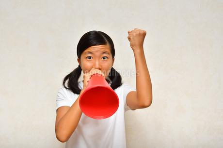 メガホンで応援する女の子の写真素材 [FYI03135009]