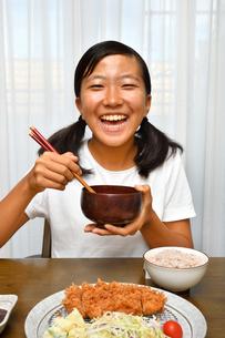 トンカツを食べる女の子の写真素材 [FYI03135013]