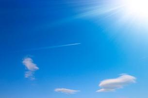 飛行機雲と浮き雲の写真素材 [FYI03135076]