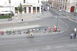 ウイーン 休日の路上 まばらな人 自転車の写真素材 [FYI03135241]