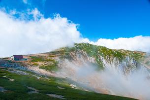 中央アルプス乗越浄土より雲海の中岳を望むの写真素材 [FYI03135745]