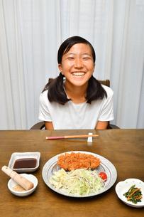 トンカツを食べる女の子の写真素材 [FYI03135761]