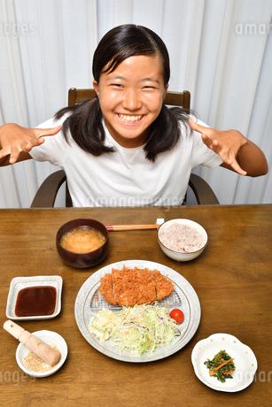 トンカツを食べる女の子の写真素材 [FYI03135762]