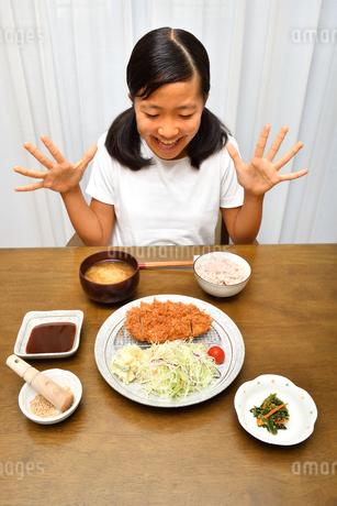 トンカツを食べる女の子の写真素材 [FYI03135763]