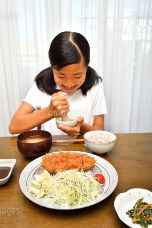 トンカツを食べる女の子の写真素材 [FYI03135765]