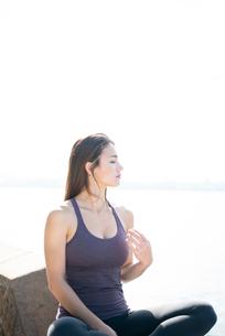 水辺に座っている女性の写真素材 [FYI03135850]
