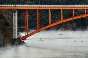 宮ヶ瀬湖の川霧と虹の大橋の写真素材 [FYI03135859]