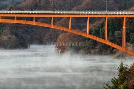 宮ヶ瀬湖の川霧と虹の大橋の写真素材 [FYI03135861]