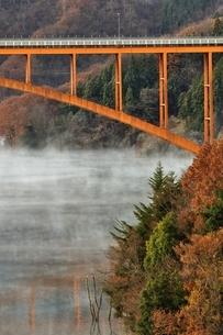 宮ヶ瀬湖の川霧と虹の大橋の写真素材 [FYI03135862]