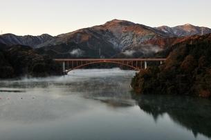 宮ヶ瀬湖から朝焼けの丹沢の山並みの写真素材 [FYI03135866]