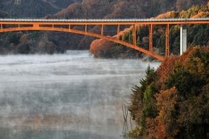 宮ヶ瀬湖の川霧と虹の大橋の写真素材 [FYI03135868]
