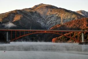 宮ヶ瀬湖から朝焼けの丹沢の山並みの写真素材 [FYI03135871]