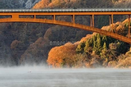 宮ヶ瀬湖の川霧と虹の大橋の写真素材 [FYI03135872]