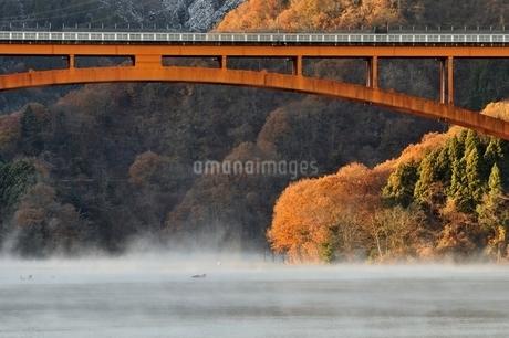 宮ヶ瀬湖の川霧と虹の大橋の写真素材 [FYI03135874]