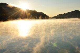 宮ヶ瀬湖 朝日と川霧の写真素材 [FYI03135882]