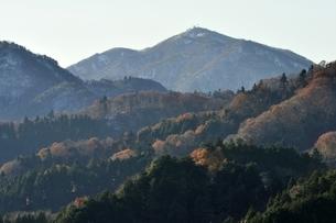 雪の大山と紅葉の山並みの写真素材 [FYI03135906]