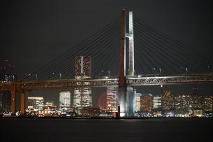 横浜ベイブリッジと横浜みなとみらいの夜景の写真素材 [FYI03135978]