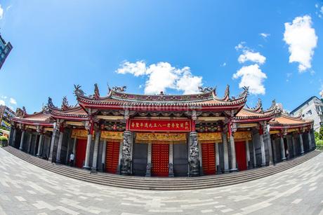 行天宮と青空(台湾・台北)の写真素材 [FYI03136001]
