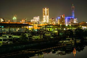 横浜港の船舶と横浜みなとみらいの夜景の写真素材 [FYI03136020]