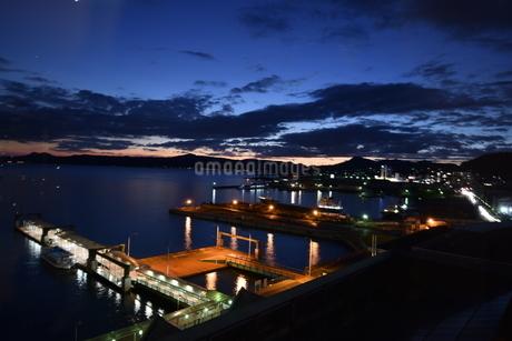 夜景、港の写真素材 [FYI03136042]