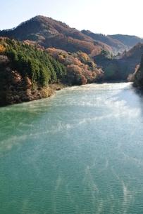 秋の湖の写真素材 [FYI03136061]